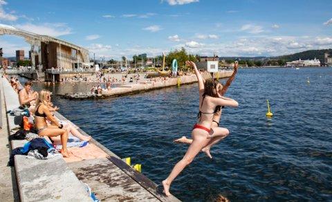 Oslo  20190710. Sol og sommer. Badegjestene slikker sol og bader og koser seg på stranden. Her fra Tjuvholmen i Olso.  Foto: Geir Olsen / NTB scanpix