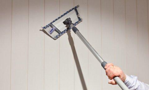 Bruk en tørr vegg- og takmopp i mikrofiber på forlengerskaft eller en støvsuger til å fjerne spindelvev i taket og støv fra veggene.