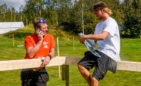 TRAVLE DAGER: Det er travle dager for arenasjef Rune Nygård (t.v.) før Orienterings-VM starter til uka på Mørk. Men han trives med oppgaven. Her sammen med riggleder i firmaet O.B. Wiik, Dennis Thuen.