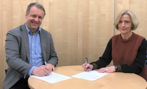 GODE VENNER IGJEN: : Ordfører Saxe Frøshaug og styreleder Line Schi i Østfoldbadet AS er enige om en langsiktig avtale for å sikre badets økonomi gjennom pandemien .