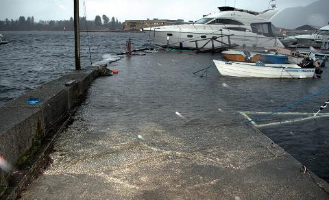 HØY VANNSTAND: Fra båthavna i Jørpelandsvågen en dag det var høy vannstand for noen år tilbake. Natt til onsdag kan vannstanden ble enda høyere. Arkivfoto
