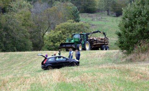Ingen ble alvorlig skadet da en personbil kjørte av veien fredag kveld. Ferden endte ute på et jorde.