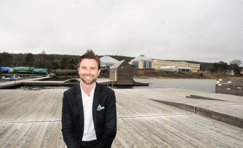 SER LYST PÅ DET: Hotelldirektør Paul Wegar Dørdal i Langsund ser lyst på sommeren tross alt.