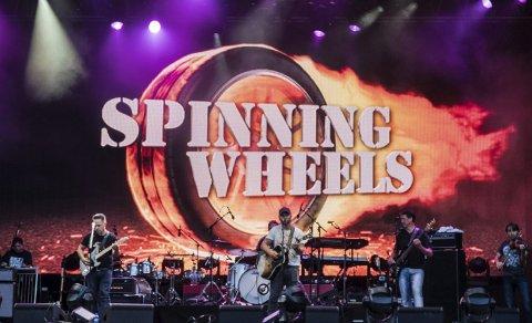 Full pakke: Spinning Wheels ble overrasket da to av musikerne til Brad Paisley ble med på scenen og storskjermen ble preget slik bildet viser. Og da Brad Paisley avsluttet sin konsert, ba han om at gutta fra Notodden skulle komme på scenen.(Alle fotos: Bjørn Arild Borgen)