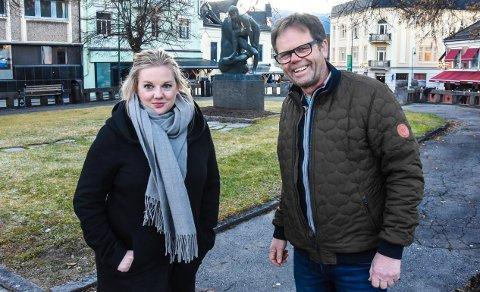 FØRJULSTID: Daglig leder Siri Aardalen og styreleder Torgeir Ljosland i Notodden i sentrum håper å se godt med folk i byen på supertorsdag. Da kommer også nissen med premier til alle barn som fullfører nisseløypa i byen.