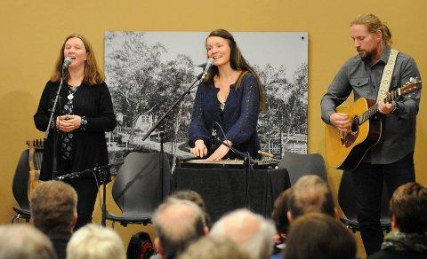 Gro Kjelleberg Solli har med seg blant andre Øystein Sandbukt (til høyre) på sin nye plate. I midten Unni Boksasp. Bildet er tatt under Operafestukene i år.