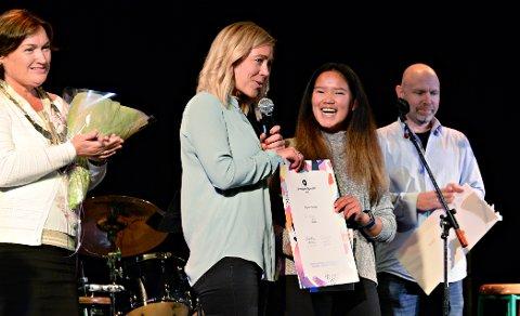 Tea Megaard gratuleres av (fra venstre) ordfører Ingrid Ovidie Rangønes, Randi Anita Dahle og kulturskolerektor Jørund Enzenbach.