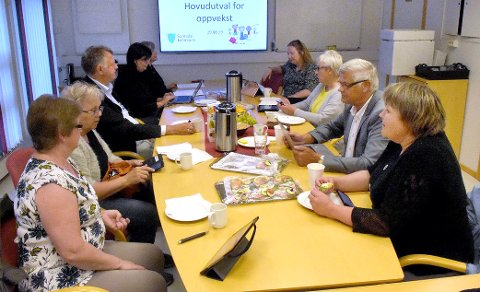 JA: Hovedutvalget for oppvekst sa torsdag ja til at Todalen barnehage skal bestå, innenfor de forutsetninger kommunestyret sa i desember i fjor. Maili H. Settem (KrF, til venstre), Tove Mogstad (Sp), Bernt Venås (Sp), kommunalsjef Astrid Mogstad Høivik, Annett Ranes (Ap, til høyre), Helge Røv (Ap), Ella Bolme (Ap) og utvalgsleder Rakel Polden (Ap).