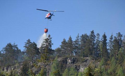 SKOGBRANN: Brannhelikopteret kan komme til der brannbilene må gi tapt og angripe en brann effektivt ved å slukke ovenfra.