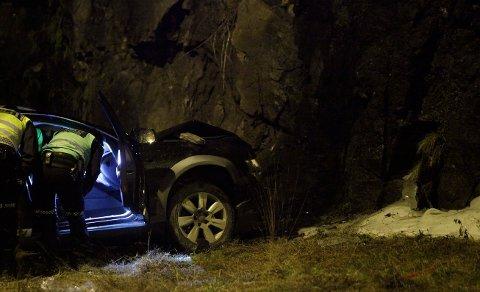 Bilen fikk store materielle skader etter sammenstøtet med fjellveggen.