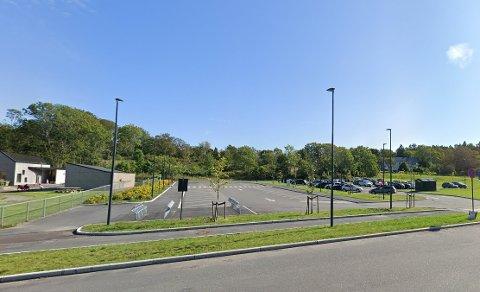 BOBIL: Her kan kommunen komme til å tilby bobiler å parkere. Parkeringsplassen er i dag tilknyttet Lindhøy barnehage.