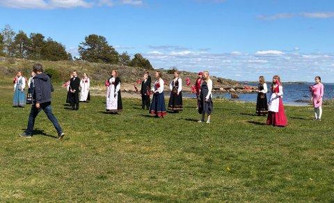 VIDEOINNSPILLING: Her står omtrent én tredjedel av Nøtterøy Ungdomskantori og synger nasjonalsangen.