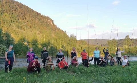 MANNSDOMINERT HOBBY: DIsse 17 damene møtte opp for å lære seg å fiske etter laks i Stjørdalselva fredag ettermiddag. Turen ble arrangert av Jegerjentene som ønsker å få flere kvinner med ut i en mannsdominert hobby.
