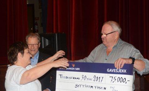 Siw Johannessen mottar sjekken på 75.000 kroner av Mannskorets formann, Jan Egil Gundersen.