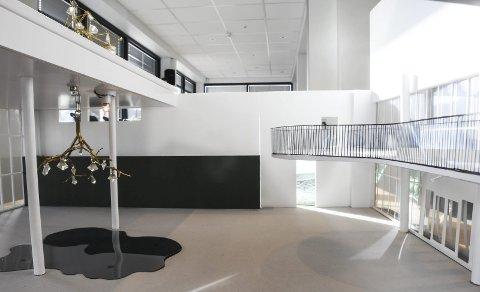 Speiler seg i tjern: Her er en modell av utsmykningen med lysekroner og et «tjern» på gulvet. Denne ble valgt til å være det store innvendige kunstverket. Det får en sentral plassering i et stort åpent rom hvor elever og lærere vil myldre. Foto: Øystein K. Darbo
