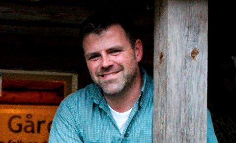 """NYTT SELSKAP:Tomas Arnheim driver gården Glittre samme med mannen Kjell Myhrer. Driften av gården fortsetter som før, men tilleggstjenester som """"Inn på tunet""""-tilbud utføres gjennom et nytt aksjeselskap."""