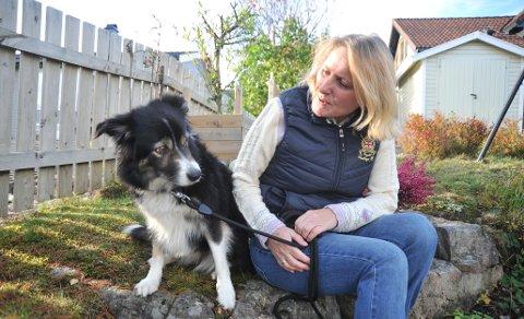 SAMMENIGJEN:Nina Sæther og hunden Mia hjemme i Stjerneveienfredag ettermiddag, Mia for anledningen nyvasket etter ei lang natt ute.