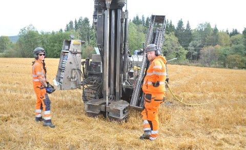TARPRØVER:Helene Gunnarsson og Oscar Henning i Norconsult Fältgeoteknik borer i leira rett utenfor Varingen ned mot Nitelva.