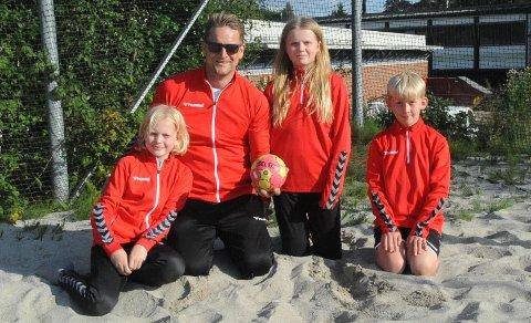 PLASS TIL FLERE: Truls Larsen (10), Frida Larsen (11) og Thomas Dawkins (8) håper de skal få enda flere lagkamerater i Nit-Hak denne sesongen. Trener Thomas Hauff Ulvestad håper også å få flere trenerkolleger i den lokale håndballklubben.
