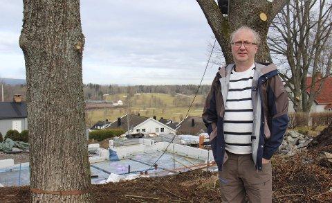 – Ikke bra: Ivar Ruud Eide liker dårlig det som nå har skjedd med eiketrærne i Dyrløkkebakken i Drøbak. – Blant annet er stor greiner kappet av, sier Ruud Eide-Foto: Ole Jonny Johansen
