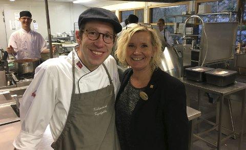 Til Berlin: Alexander Nussbaum og Monica Grønvoll Aaen jobber hardt for at alt skal være klart til matmessen i Berlin. I bakgrunnen jobber kokkene med menyen som skal serveres i Tyskland.