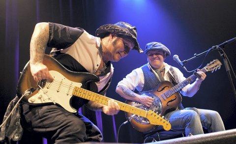 Flasken fredag: Bluesheltene Vidar Busk og Daniel Eriksen. Pressefoto