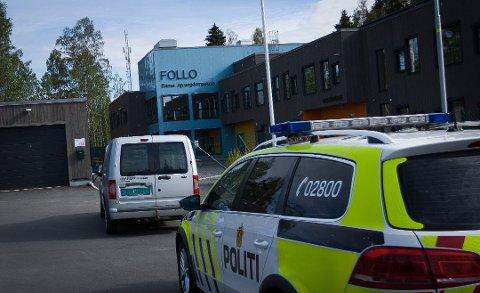En patrulje fra Øst politidistrikt gjennomførte åstedsundersøkelser på Follo barne- og ungdomsskole på Langhus torsdag morgen. Foto: Eirik Løkkemoen Bjerklund
