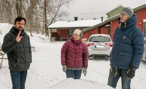 Samstemt trio: Nesodden Venstres Thomas Stangeby (f.v.), Anne-Berit Smørås og Martin Apenes vil at kommunen bereder grunnen for at det bygges en ny modulbasert treavdelings barnehage bak dem, der Blomsterveien barnehage stadig ligger den dag i dag. Alle foto: Staale Reier Guttormsen