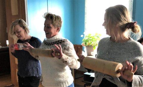 FERDiG FORMET: Fra venstre ser vi Anette Holmseth, Toini Skaret og Beate Neslund Øverland i ferd med å øve inn ett av mange nummer til juleforestillingen.