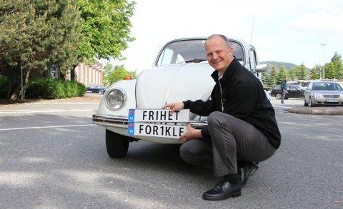 - Fra torsdag kan alle søke om å få bruke personlige kjennemerker på biler i Norge, sier samferdselsminister Ketil Solvik-Olsen.