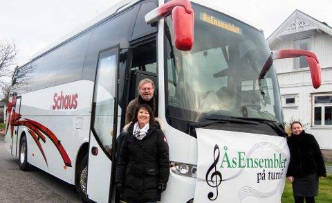Bussklare Torstein Hvattum, Inger Torbjørnsen og Hanne Nesfelt (t.h.) skal på juleturné med ÅsEnsemblet sammen med over 40 andre korsangere.