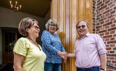 På kirketrappa, fra venstre Hanne-Marit Kjus Pettersen, Mette Jacobsen og Helge Berg. Foto: Bonsak Hammeraas