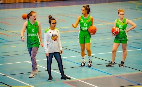 FLOTTE NYE DRAKTER: Disse jentene var på lørdagens baskettrening i Åshallen, fra venstre: Agnes Sviu (16), Pella Khalil (15), Olivia Bishof (16)  og Amalie Tomter (14). Trekløveret Melisa, Anastasija og Thea var ikke tilstede da bildet ble tatt.