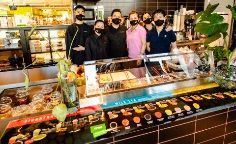 HELE GJENGEN: NT-kohorten med rask oppstilling på åpningsdagen, og klare til innsats for kundene på hver sine poster. Fra venstre  Bien, Trinh, Phung, Hanh, Nu, og Tuan.