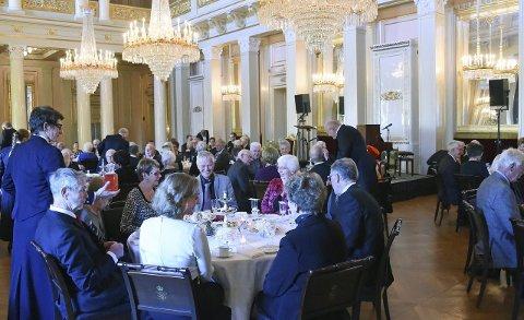 FORNEM INVITASJON: Oddvar Hummelvoll ( i midten med grå dress) ble invitert til å drikke te sammen med kongen og dronningen på torsdag.Foto: Sven Gj. Gjeruldsen, Det kongelige hoff