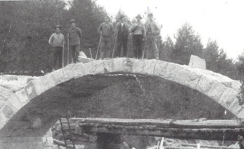 LIKEDANS: Det finnes ingne bilder fra byggingen av broen, men Alfsen har funnet frem dette bildet fra da «Nye Hov bru» ble bygget i Vegårhei. Stilen og teknikken er den sammen. Denne brua sto ferdig i 1922, og tok 11 år å lage.Foto: Ole Jørn Alfsen