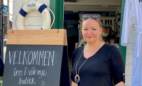 – Jeg synes det er fint når tingene henger litt sammen i byen vår, sier daglig leder Siri Linn Lunden i Risør By AS. Hun har fått designet nye gatebukker.