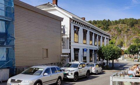 STALLEN: Bygget i Rådhusgata, ovenfor det gamle apoteket, har skiftet farge den siste tiden - og kommunen kan ikke nekte eieren det.