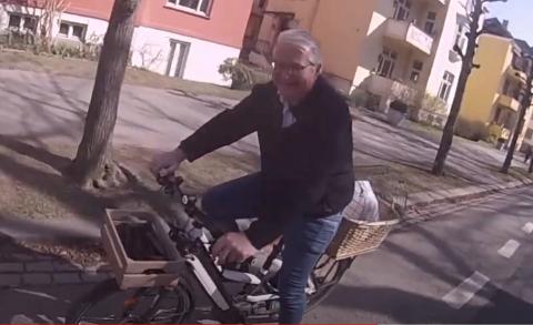 I FARTA: Fabian Stang ble filmet da han syklet gjennom det omstridte sykkelfeltet i Gyldenløves gate tirsdag ettermiddag.