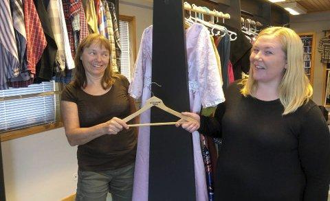 Overtar: Åslaug Solem (t.v.) og Hamarøy Vekst overtar stafettpinnen og begynner å forhandle brukte klær etter at Marie Finvik Karlsen og butikken hennes Tåppshåpp la ned tidligere i år.