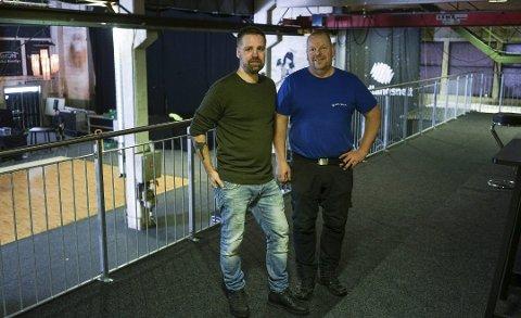 Øivind Holthe og Ole Dahl. Bildet er tatt i februar i år, i anledning etableringen av det nye publikums-galleriet i storsalen til Slipen Scene på Rognan. Foto: Fredrik Stenbro