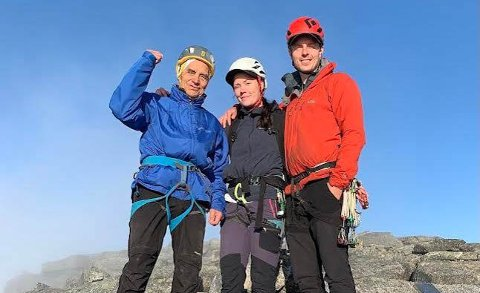 Harry (86) Elise (23) og Lars-Erik (27) fra Bodø på toppen av Stetinden i helga. En stor drøm gikk endelig i oppfyllelse.