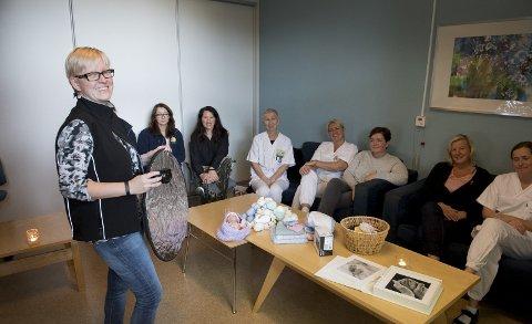 Fotograf Monica Johansen holder kurs for jordmødrene på Kvinneklinikken. Foto Arne Ristesund