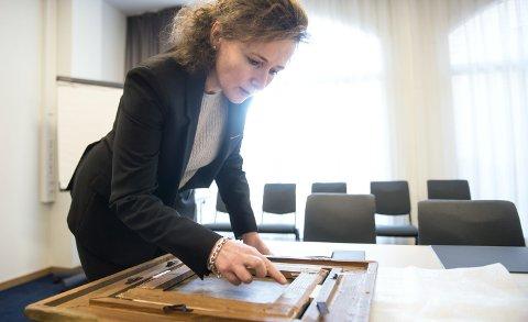 Baksiden: Birgitte Christin Schiøth finner en nesten utvisket inskripsjon på baksiden av dette Gerhard Munthe maleriet fra 1876. FOTO: SKJALG EKELAND