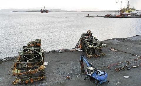 De to løftekranene som sto på hver sin side av flytedokken veier rundt 120 tonn hver og hadde en lastekapasitet på 15 tonn. I bakgrunnen skimtes lensene som ligger over den sunkne dokken. Foto Arne Ristesund