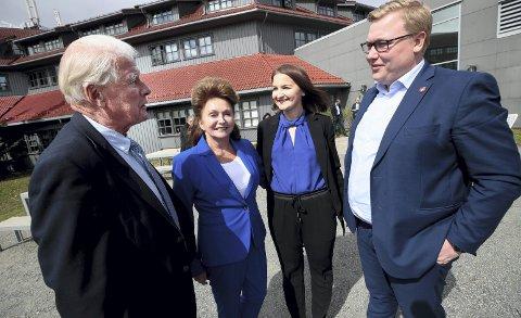 Eli og Carl I. Hagen fant hverandre på partikontoret til Frp. Nå har de vært gift i 36 år. De gir gjerne gode råd til et ungt Frp-par fra Bergen.  FOTO: Lise Åserud, NTB Scanpix.