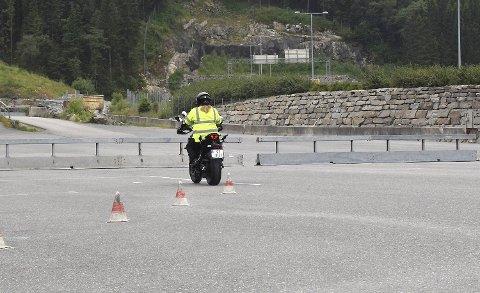 Fredag måtte Statens vegvesen klare seg med mye mindre plass under førerprøvene grunnet sperringen som er satt opp.