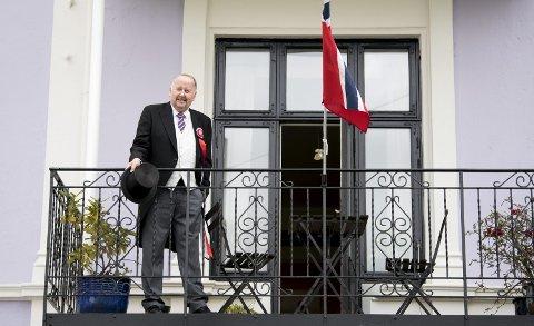 Erik Næsgaard slapper av på balkongen hjemme på Møhlenpris etter en vel gjennomført 17. mai som komiteleder, og «kongen» av nasjonaldagsfeiring i Bergen. – Jeg må rose resten av komiteen, de har gjort en formidabel innsats, skryter han av «hoffet» sitt. FOTO: SKJALG EKELAND