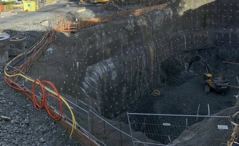 Dette hullet skal bli til holdeplass for Bybanen rundt årsskiftet mot 2023.