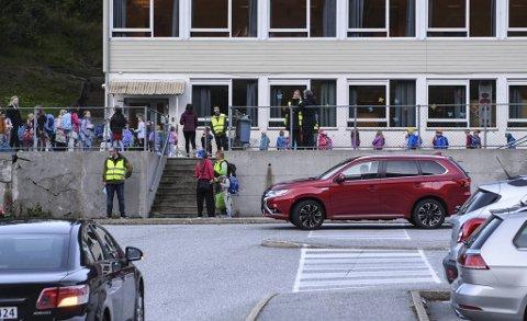 Høy fart forbi Kjøkkelvik skole har vært et gjentakende problem .